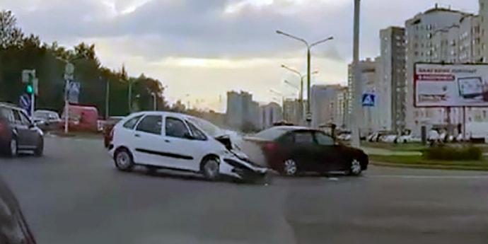 Аварии в Минске попала на видео: у 28-летнего водителя случился приступ судороги(видео, дополнено)