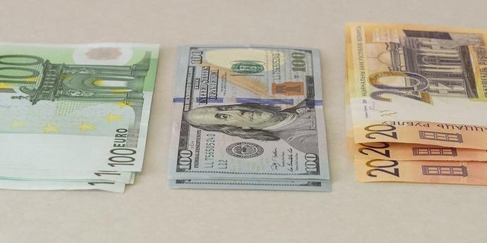 Доллар начал проседать, евро набрал больше копейки(дополнено)