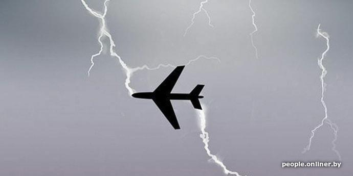 В российский самолет по пути в Сочи попала молния. Видео из салона выглядит устрашающе