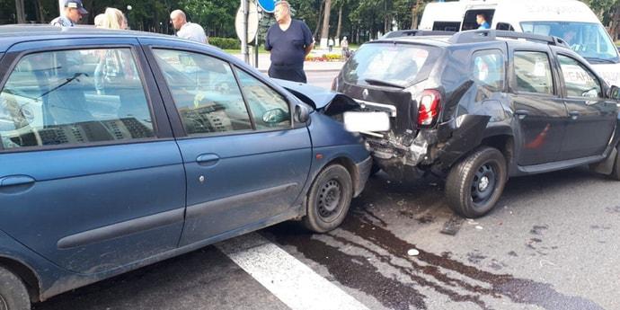 Водитель отвлекся на телефон и протаранил остановившуюся впереди машину