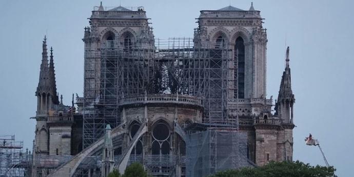 В центре Парижа эвакуация: из-за пожара в Нотр-Даме в почве осело 300 тонн свинца