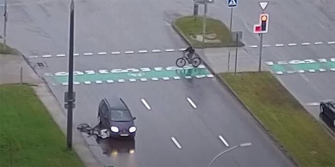 Сбил и переехал: ДТП с велосипедистом попало на камеры(видео)