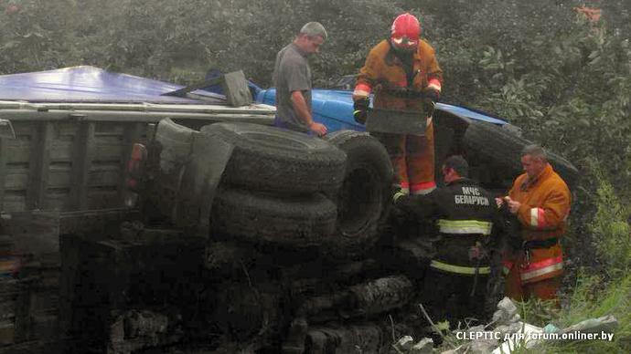В Ивацевичах грузовик «зацепил» Volkswagen и опрокинулся в огород на частном участке
