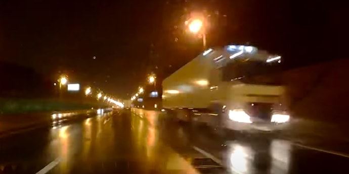 Фура-призрак на МКАД едет навстречу из темноты — страшно? Очень(видео)