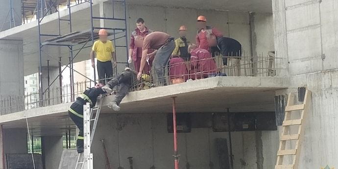 В Минске рабочий упал с третьего этажа на арматуру и выжил(дополнено)