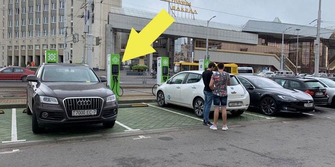 Это разве e-tron? На улице Бобруйской Audi припарковалась на месте для электромобилей