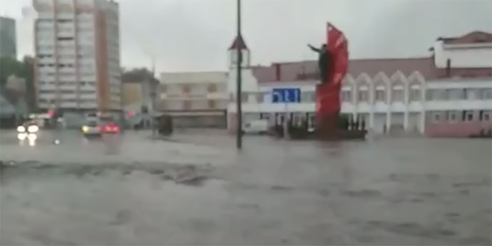 Очевидцы: в Мозыре прошел дождь, машины чуть не поплыли