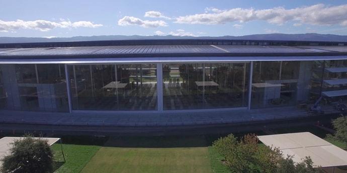 Тим Кук показал, как открываются здоровенные трехэтажные ворота в столовой Apple