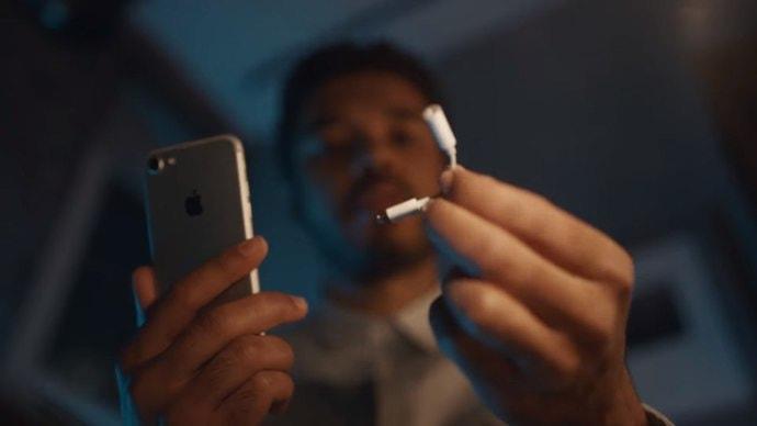 Samsung пришлось удалять ролик, который «троллит» iPhone за отсутствие аудиоразъема