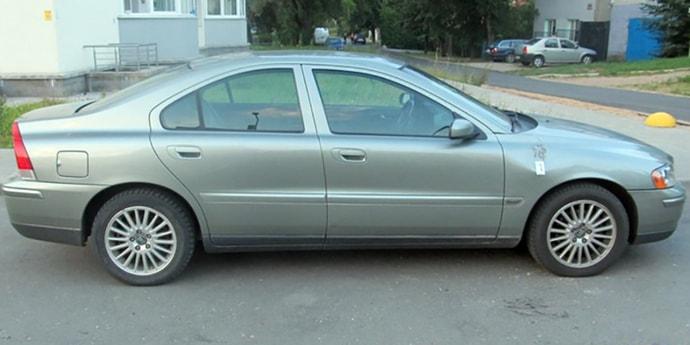 В Ждановичах на подростка завели уголовное дело за то, что он ударил ногой по машине