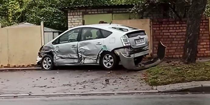 Авария на Орловке: Toyota оказалась на тротуаре(видео)