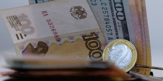 Евро прибавил более двух копеек, российский рубль потерял больше трех(дополнено)