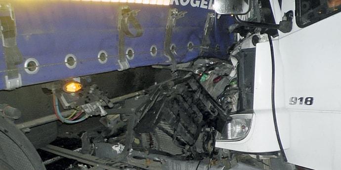 В Житковичском районе столкнулись два грузовика. Пострадавшего водителя из кабины вырезали спасатели