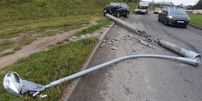 На ровном месте: Hyundai врезался в столб(видео)