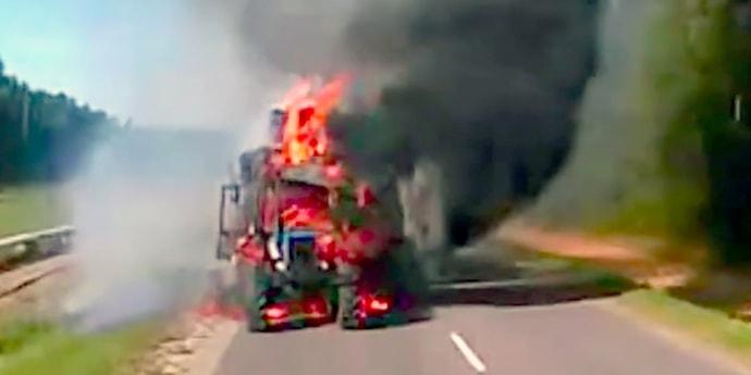 Трактор, перевозивший солому, загорелся из-за искры из выхлопной трубы?(видео)