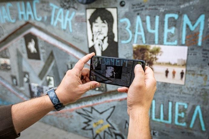 «Стену Цоя» в Минске «оживили» с помощью технологий дополненной реальности. Посмотрели, как это работает