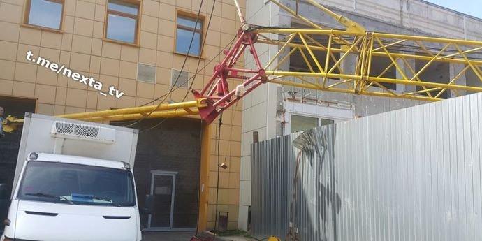 ЧП в районе улицы Якуба Коласа: на стройке упал подъемный кран