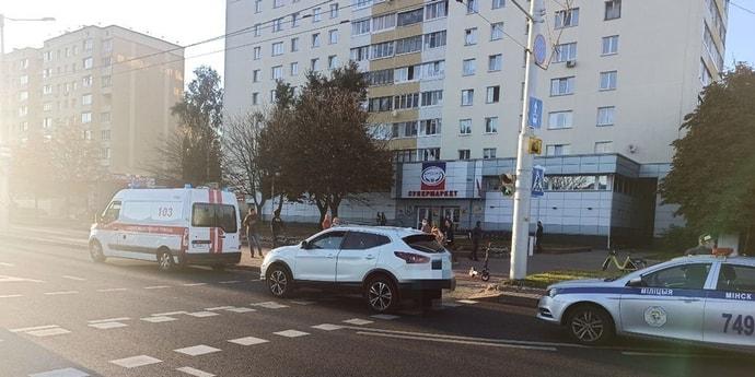 Перекресток, электросамокат, Nissan. ДТП на улице Данилы Сердича