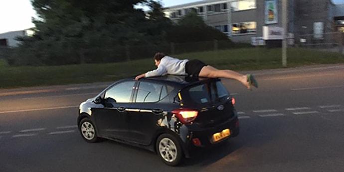 Парень неудачно покатался на крыше машины: вначале упал, потом колесом наехали на ногу