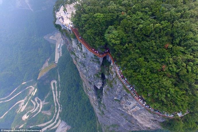 В «Поднебесной» открылся расположенный на1,5-километровой высоте стеклянный мост