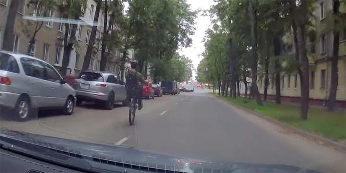 Конфликт: водителя обвинили в беспричинном сигнале, велосипедиста — в трюкачестве на дороге(видео)