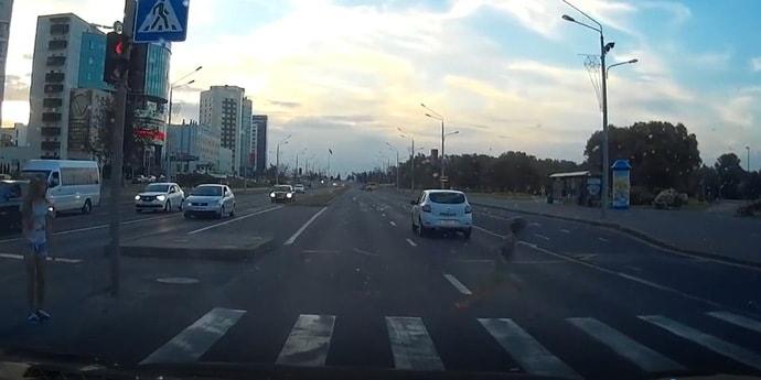 Паника и везение: дети переходили дорогу, но что-то пошло не так (видео)