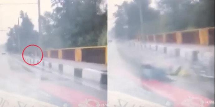 Велосипедист упал на тротуаре и оказался прямо под колесами авто. Водитель вовремя среагировал(видео)