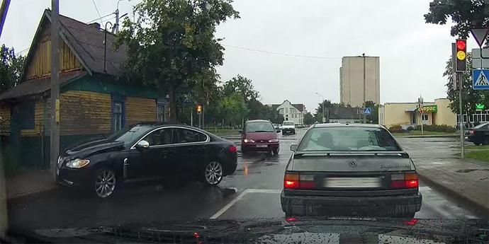 Угонщик на Jaguar попал в глупое ДТП на глазах милиционеров и был задержан(видео)