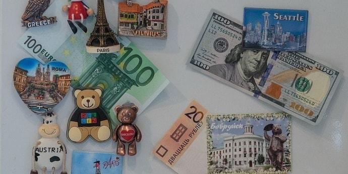 Доллар и евро дешевеют на старте торгов