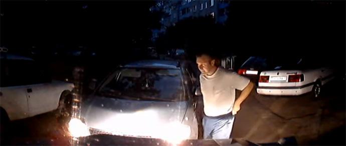 Еще один водитель бросил машину на встречной полосе — на сей раз во дворе. Версии обоих автомобилистов
