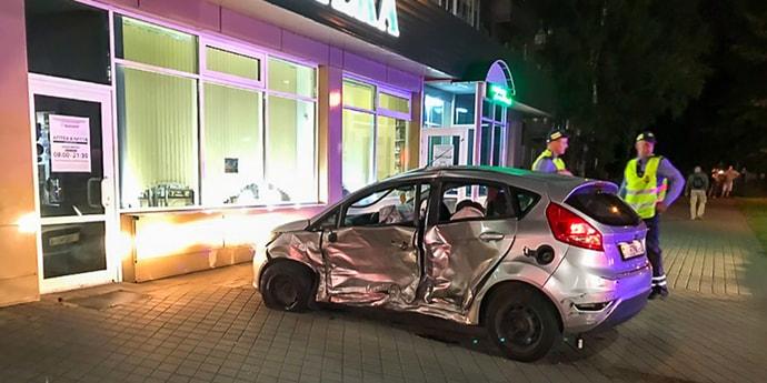 В ГАИ поступило сообщение о пьяных девушках в Ford, но инспекторы не успели — машина влетела в Mercedes