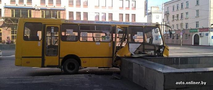 Фотофакт: автобус врезался в бордюр подземного перехода на улице Московской