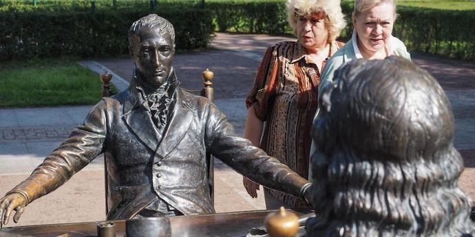 Когда скачал не то фото из интернета.  В Петербурге семь лет простояла статуя не тому человеку