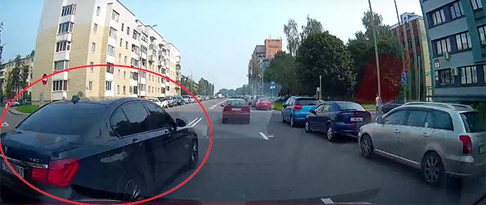 """«""""Учитель"""" года»? Дерзкий водитель BMW невзлюбил соседа по потоку — подрезал, пересек двойную сплошную и остановился посреди дороги"""