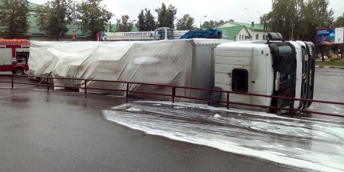На перекрестке в Витебске опрокинулась фура из-за того, что водитель плохо ориентировался в городе