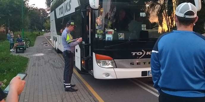 Пьяный водитель двухэтажного автобуса из Литвы куда-то бодро ехал по минской велодорожке(видео, дополнено)