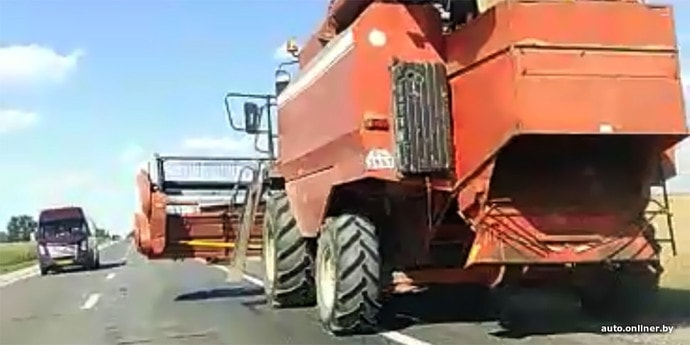 В ГАИ считают, что большинство ДТП с сельхозтехникой происходит по вине водителей попутных автомобилей(видео)