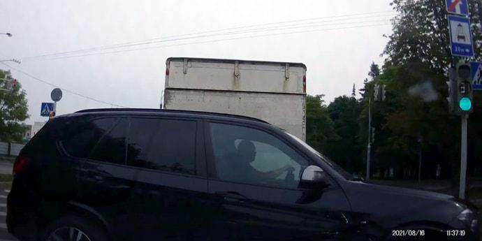 Водитель BMW ехал «против шерсти», потом странно маневрировал, затем стал «учить»(видео)