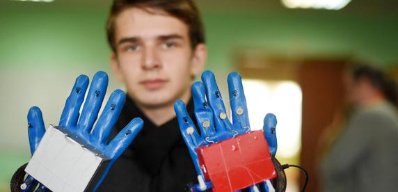Студент из Гомеля сделал супердешевую перчатку-массажер для реабилитации после инсульта