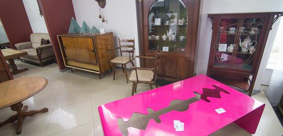 Спальня XIX века — $6000, столовый комплект с комиксами — $3000 в эквиваленте. В Минске открылся магазин винтажной мебели