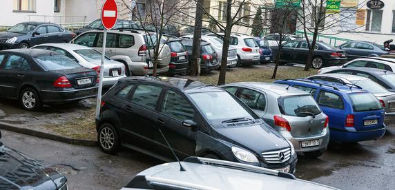 Борьба всех против всех: как на дом в почти 200 квартир оставили всего 30 парковочных мест и что из этого вышло