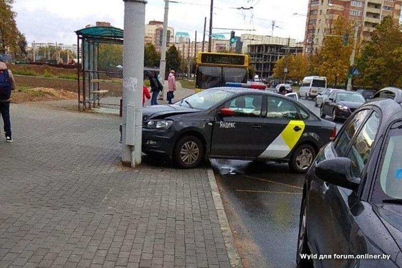 Еще одна авария с «Яндекс.Такси»: водитель потерял сознание за рулем (дополнено)