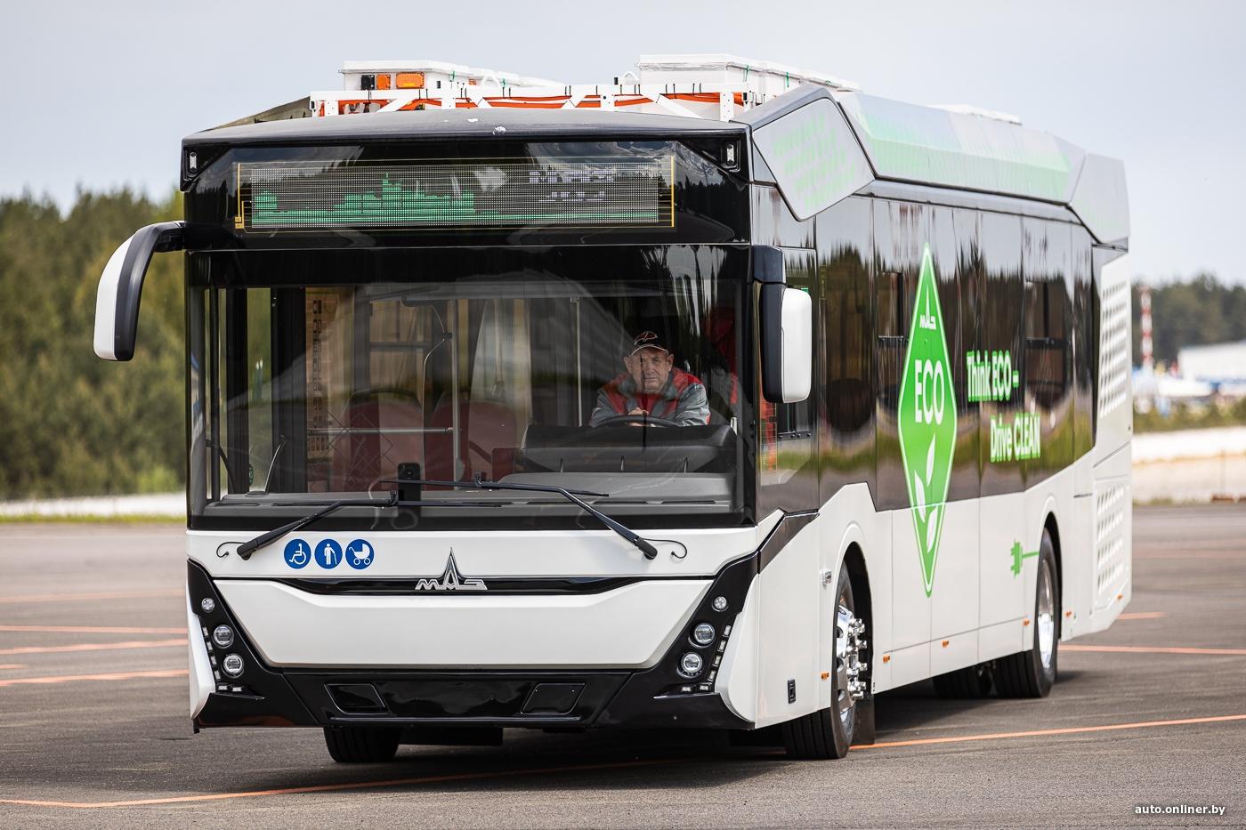 МАЗ показал на COMTRANS/17 три новых грузовика и автобус с лифтом | 933x1400