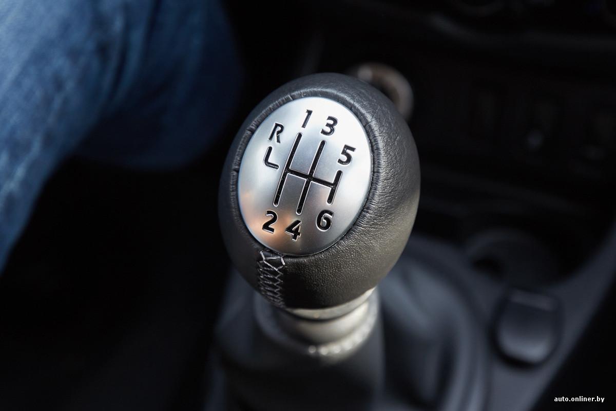 Телка в машине на коробке передач фото 262-430