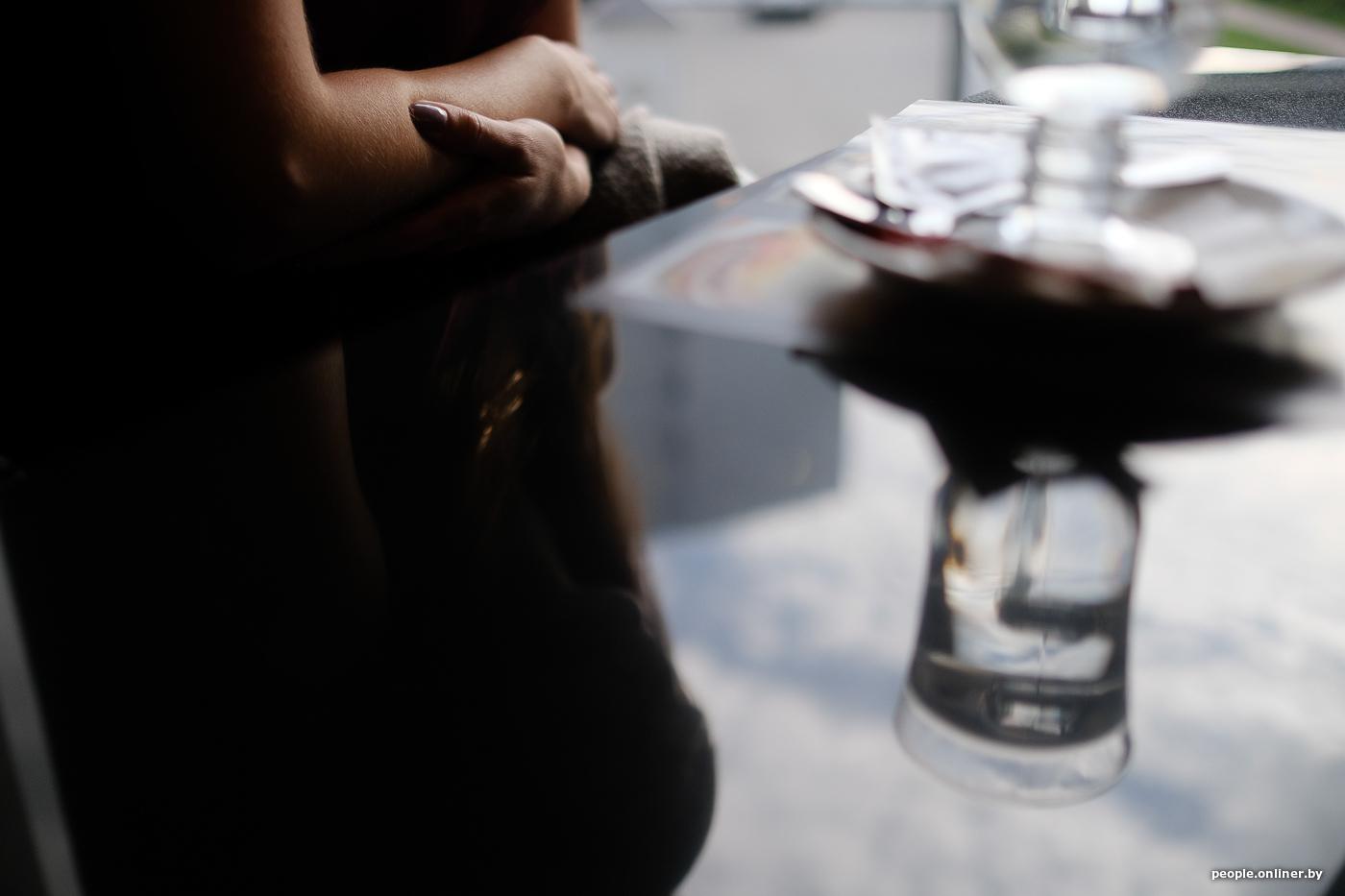 Видео как девушке заливают пиво в задний проход