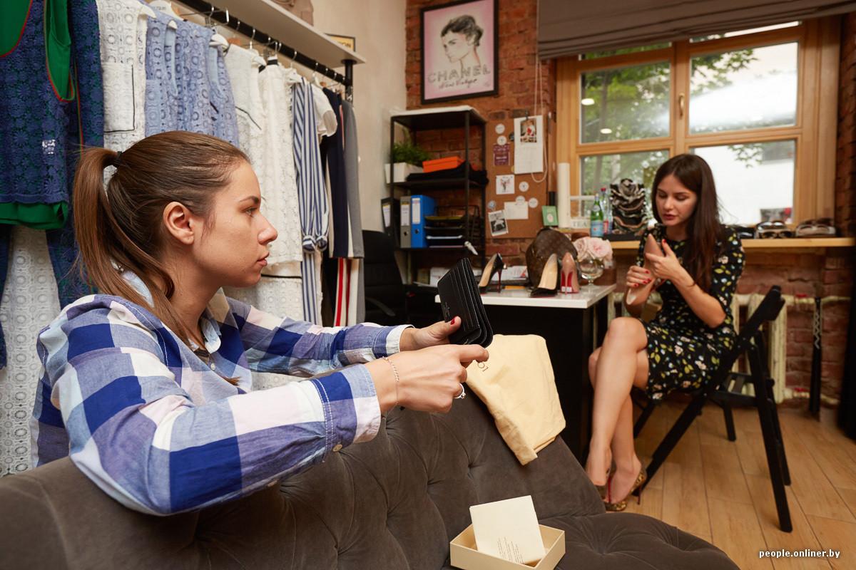 d47c6c653d20 Сюда сдают свои брендовые вещи белорусские шопоголики. Совладелицы магазина  Дарья и Инна согласились помочь нам в эксперименте и сравнить купленные в  ТЦ ...