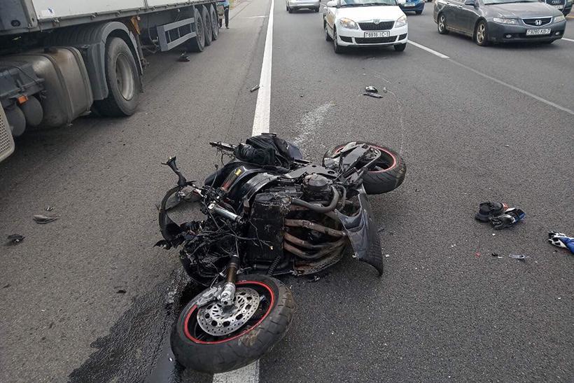 На МКАД мотоциклист при перестроении столкнулся с Toyota