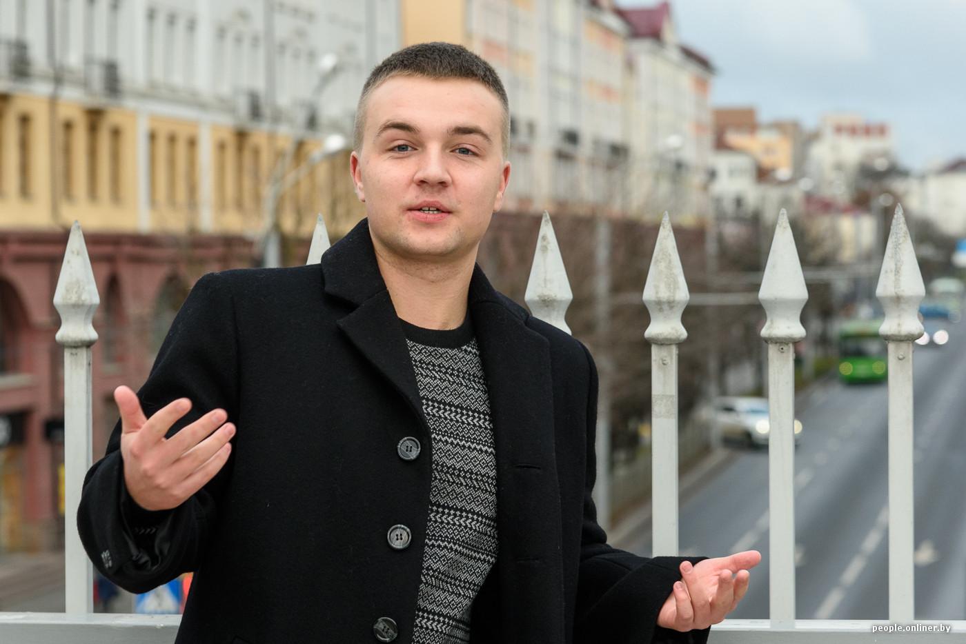 naklonyaetsya-dva-muzhchini-i-odna-dama-om-video-porno-budka-transseksualki-spb