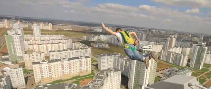 Экстремал прыгнул с парашютом с крыши 25-этажного дома в Каменной Горке (видео)
