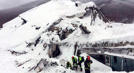 В погребенном под лавиной итальянском отеле обнаружены 10 выживших